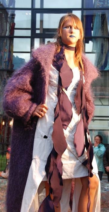 Mantel, Blätterschal und geflochtenes Leinenkleid - Galerie Meilenstein