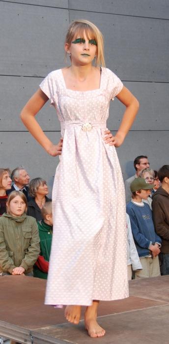 Sommerkleid mit Brosche - Galerie Meilenstein